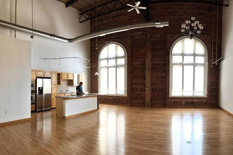 A loft stílust két alapvető tényező határozza meg: az ipari környezet adta anyagok és a tér, amely mind horizontálisan, mind vertikálisan jelentős.