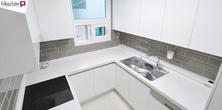 A mosogató esetében az a jó, ha egyenlő távolságra helyezkedik el a hűtőtől és a főzőfelülettől