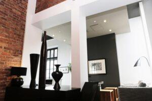 A loft a hatalmas, nyitott terekre és nagy belmagasságokra épít.