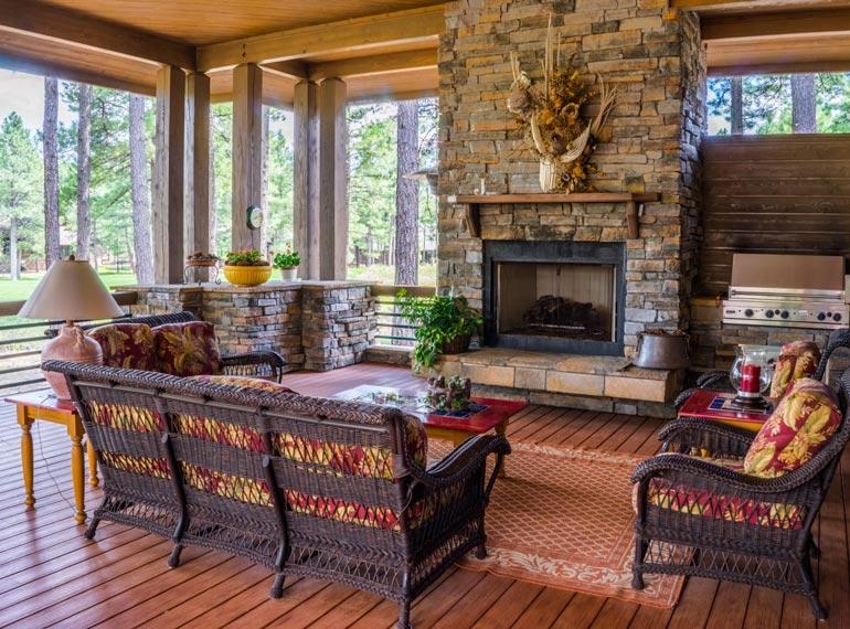 A country, a vintage és egyéb etno stílusok alapszíne a barna, hiszen a természetes anyagok, a fa és a kő főszerepet játszik ezeknél.