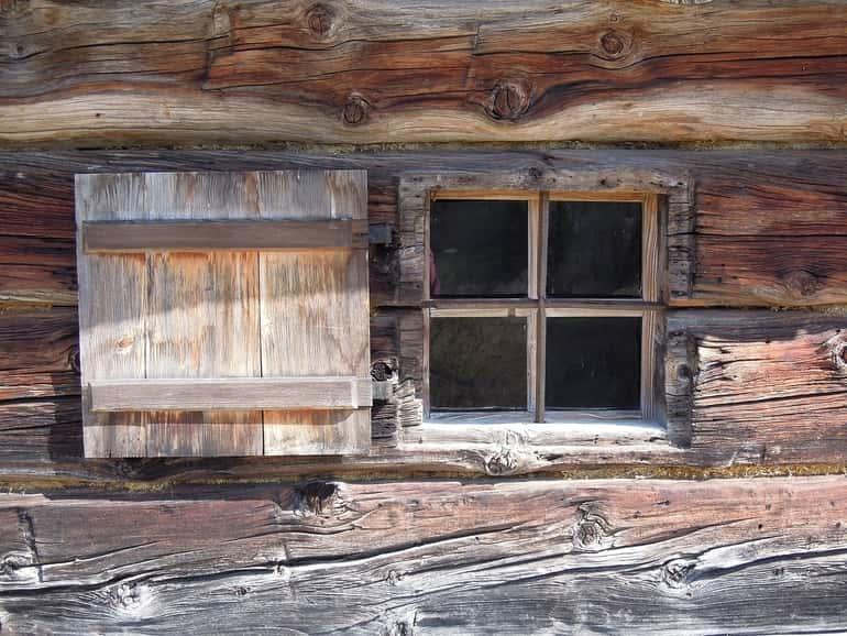 régi épületek esetében megfigyelhető a sok ablakszemes, még régebbi korokban pedig a lőrésszerű kiképzés