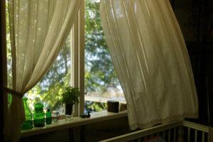 Az uralkodó széljárás felvetheti azt a problémát, hogy a széllel támadott oldalon milyen legyen az ablak speciális funkciója.