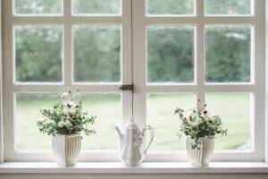 A legáltalánosabb és legelterjedtebb megoldás, hogy a lakók virágokat helyeznek el az ablakpárkányon.