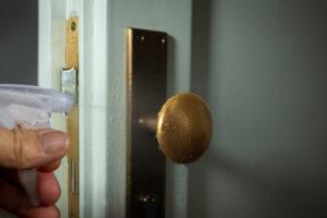 A műanyag ajtók állagmegóvása egyszerűbb, mint a fából készült társaiké.