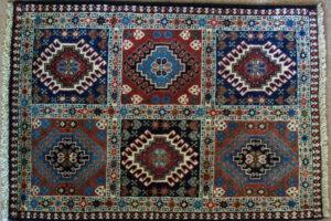A stílus kedveli a szőnyegek használatát – rendszerint a kézzel szőtt perzsa dívik ott, ahol ezt a lakói megengedhetik maguknak.