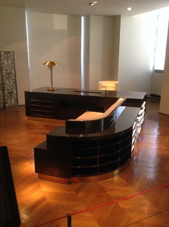 A bútorok fémesen csillogó felületekkel ragyognak ki a környezetükből