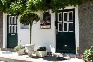 A fából készült ajtók rendkívül elegánsak és természetességükkel igazi ékei lehetnek a háznak.