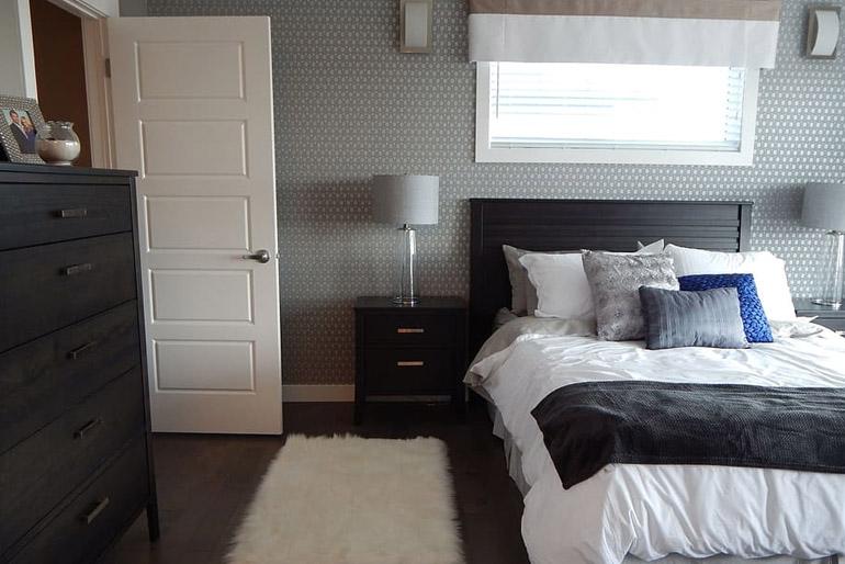 Sokkal jobban érvényesül a beltéri ajtó, ha stílusban igazodik, de kontrasztban áll a lakásbelső meghatározó színével.