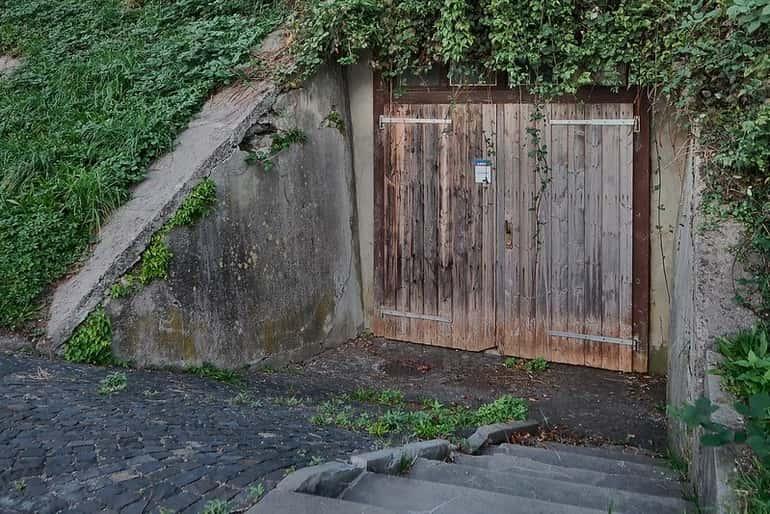 Borospince ajtó