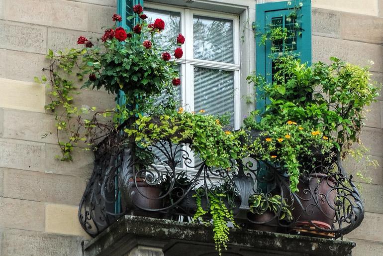 A nyári esték hangulatát is kiélvezhetjük a szépen berendezett és virágoktól illatozó erkélyünkön.