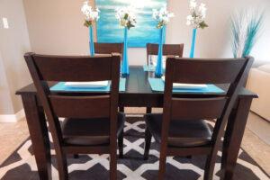 Az étkezőben elhelyezhetünk dekorációs elemeket, virágokat.
