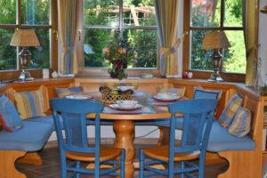 Étkező: A kerek asztal kevesebb helyet foglal, mint négyszögletes társa.