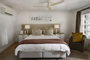 A fehér a lakás valamennyi helyiségében jól érzi magát, és a kiegészítő színekkel kombinálva kontrasztossá, karakteressé teheti az otthonunkat.