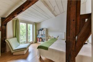 A fehér akkor is hasznos, ha tetőtérben lévő, ferde falú hálószobát festünk ki.