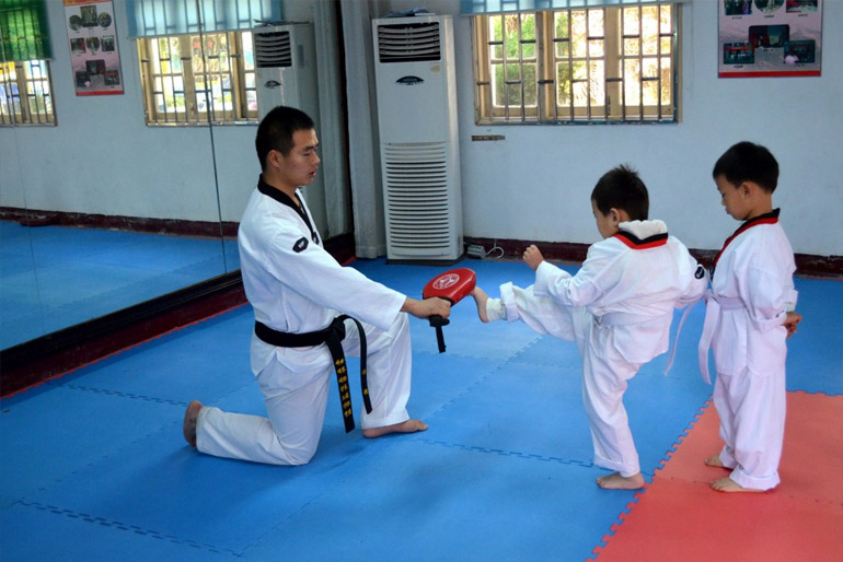 A harcművészetekben a fekete öves a legmagasabb rangú harcost, míg a fehér a tapasztalatlan kezdőt jelöli.