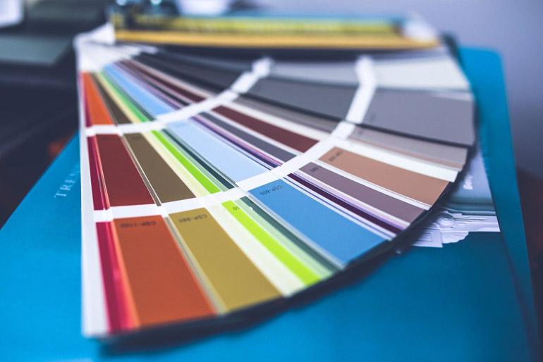 Az ugyancsak vizes alapú diszperziós festékek a legnépszerűbbek, és ezekből lelhető fel a legnagyobb választék a boltokban.