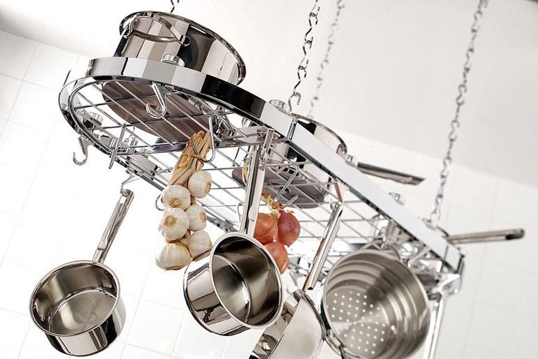 Helytakarékosság: a kis konyhában minden talpalatnyi helyet ki kell használni, és nemcsak a talpalatnyit, hanem a fej felettit is.