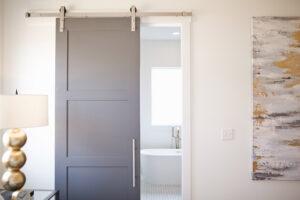 Rengeteg helyet spórolhatunk meg, ha a hagyományos szárnyas ajtók helyett tolóajtókat építünk be.