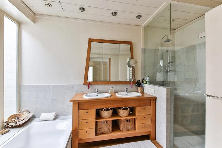 Nagyméretű fürdőhelyiséggel rendelkező otthonokban akár a kád és a zuhany is jól megférhet egymással.