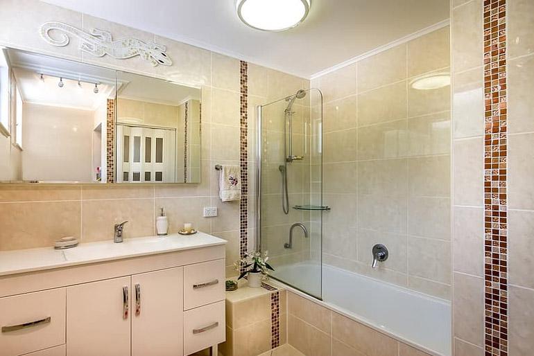 Kis fürdőszoba: ha van annyi hely, hogy beszereljünk egy normál méretű kádat, akkor értelemszerűen annak olyan típusnak kell lennie, amelyhez szerelhetünk egy zuhanyfejet is.