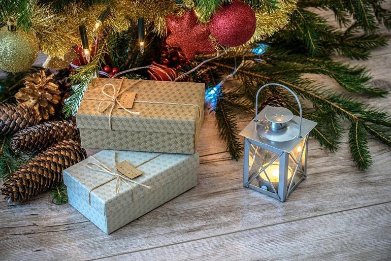 Régebbi karácsonyfadíszeket is felhasználhatunk.