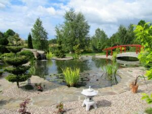 A kerti vizes elemek szerepe felértékelődik, különösen a kerti tó szemet-lelket gyönyörködtető látványára lesz megnövekedett igény.
