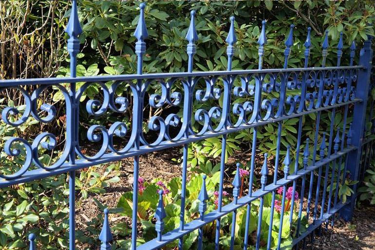 A kovácsoltvas kerítésnek összhangban kell állnia az ingatlan stílusával