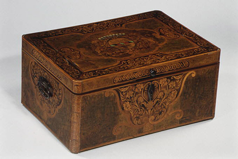 A középkorban kovácsoltvas vasalatokkal látták el a ládákat, amelyekben értékeket tartottak.