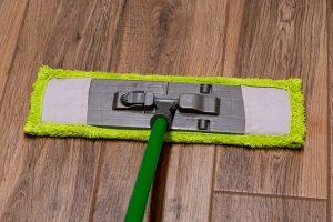 A laminált padlót nagyon kevés vízzel takarítsuk.