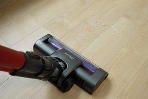 A laminált padló porszívózásakor használjunk olyan fejet, amelynek magasabb és puhább a kefe része.