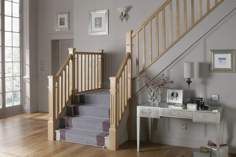 A beltéri lépcső a házunk egyik balesetveszélyes pontja. Ezért már az elkészítéséhez is profi szakembert kell választanunk.