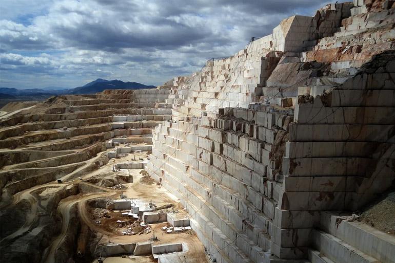Az első márványbányákat rendszerint a tenger vagy a folyó mellett tárták fel.