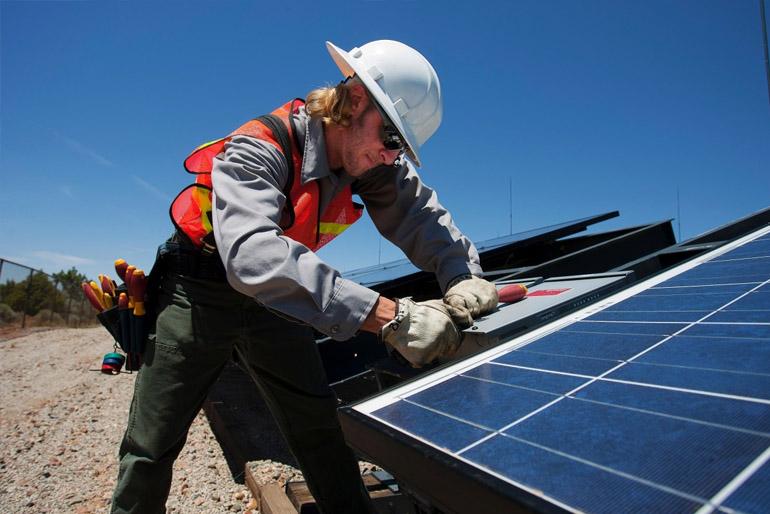 A napelemek elektromos áramot állítanak elő, míg a napkollektorok segítségével meleg vizet tudunk előállítani