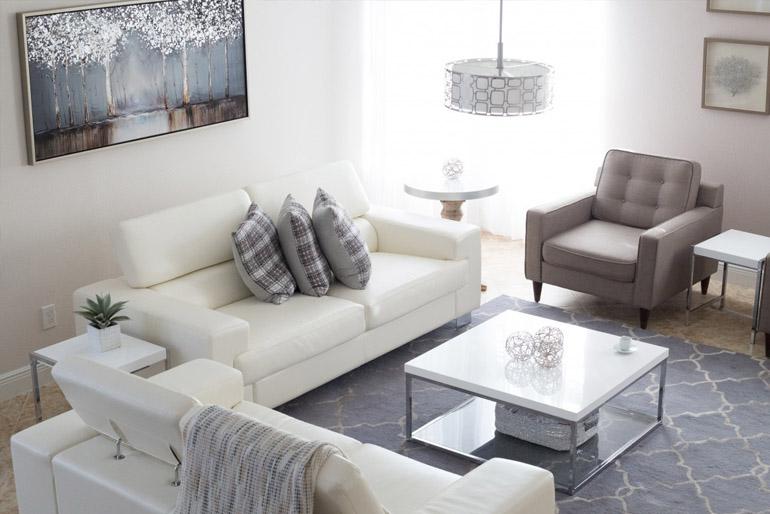 A nappali el sem képzelhető egy kényelmes kanapé és fotel nélkül.