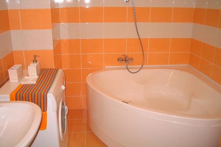 Narancssárga használata a fürdőszobában.