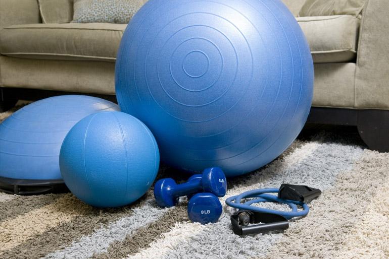 Akik megszokták a napi rendszeres mozgást, azoknak valamiféle edzőtermet kellett berendezniük.