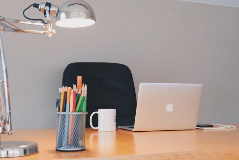 A fókuszfényekkel nemcsak azt érjük el, hogy energiatakarékosan világítjuk meg a fontos munkaterületeket, de kellemes hangulatfénnyel töltjük meg a dolgozószobát.