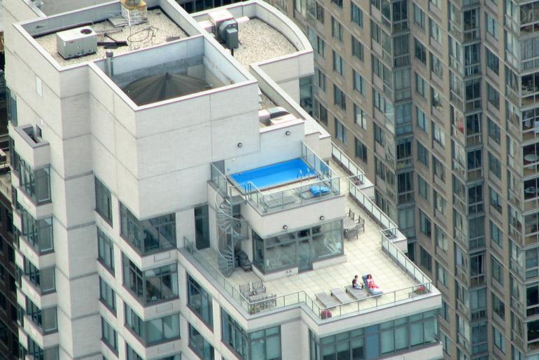 A penthouse teraszának el kell érni a lakás alapterületének legalább a felét, valamint minimum három égtáj felé kell nyújtóznia.