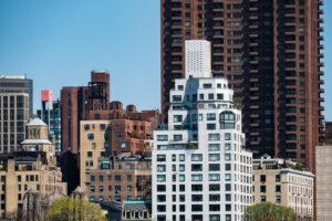 A penthouse lakás mindig egy, a városból kiemelkedő épület legfelső szintjén kerül kialakításra, és alapfalai beljebb esnek az épület síkjához képest.