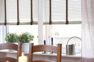 Redőny vagy reluxa: ahogy visszatérnek a szép, tavaszi napok, úgy válik egyre fontosabbá lakásunk árnyékolása.
