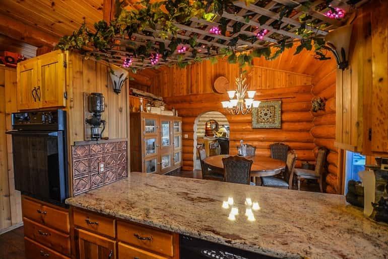 Akár teljesen modern berendezésekkel is ellátható a konyha vagy a fürdőszoba.