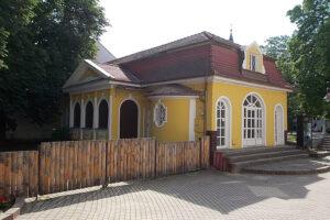 A sárga a házaknak is alapszíne lehet.