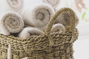 A shabby chic fürdőszobában minden a kényelemről szól: gondoskodjunk róla, hogy mindig legyen egy halom frissen mosott, fehér pamuttörölköző a közelben.