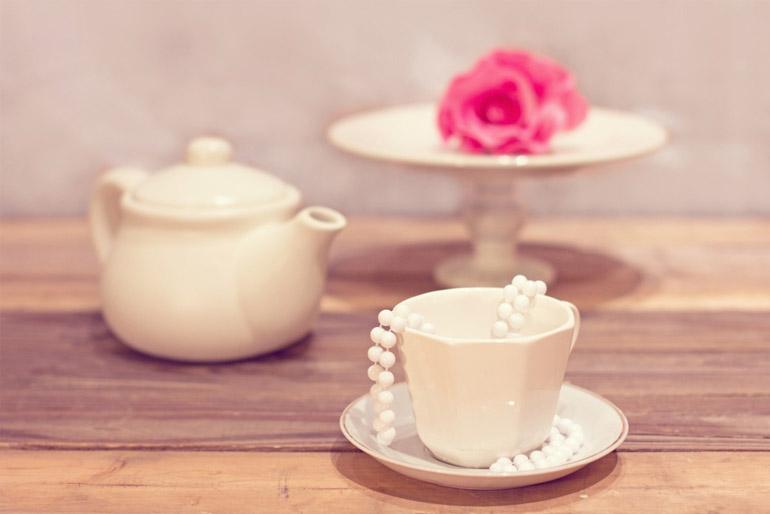 Egy teáskészlet jól mutat az asztalon.