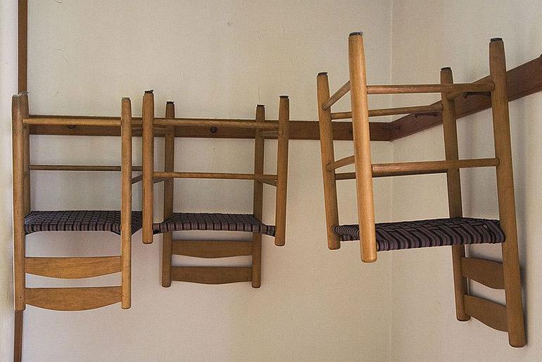 A shaker stílusú székek felakaszthatóak voltak.