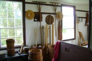 Nagy szerepe van a szekrények mellett a fából készült ládáknak, dobozoknak.