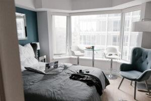 A szürke szín használata ajánlható a hálószobákban is. Laminált padló.