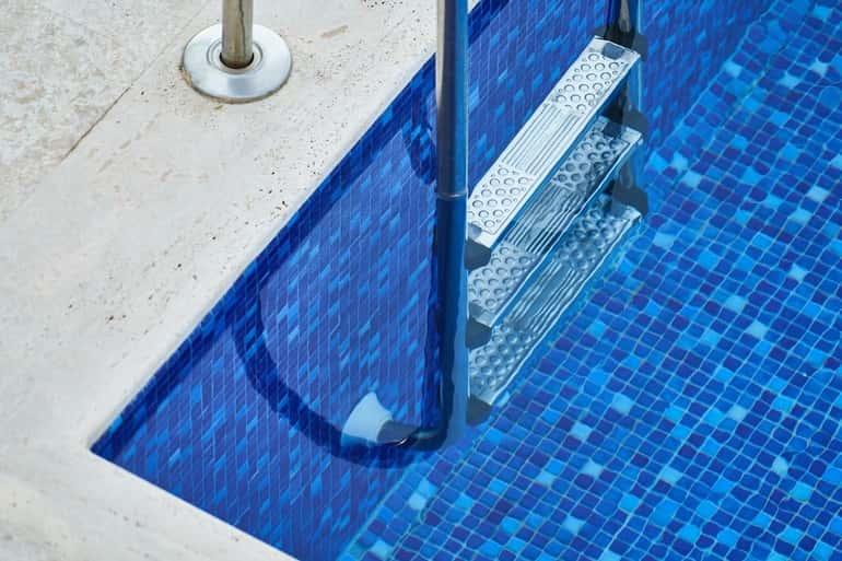 zömében mozaikcsempés kidolgozásúak a hazai medencék