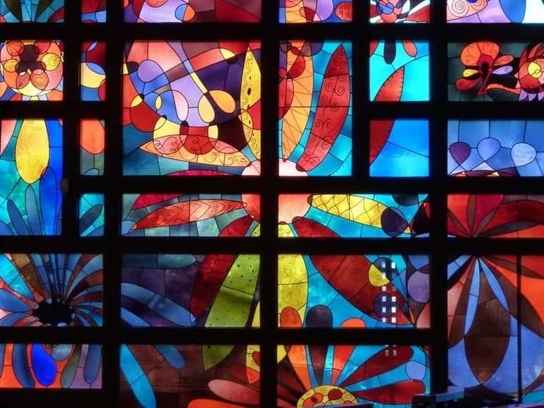 Az építészet a gótika korszakában kezdte használni a színes üvegmozaikokból álló ablakok készítésére az üveget.