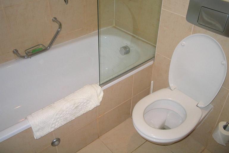 A fali vécé alatt könnyebb takarítani.